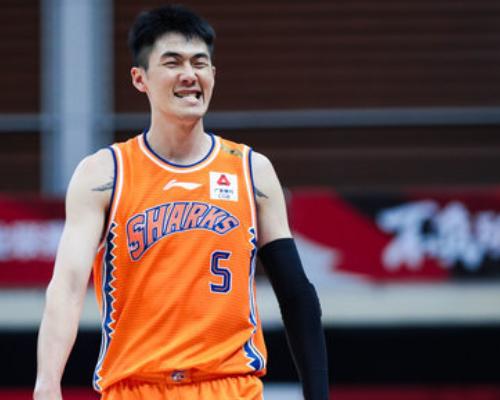加盟上海首秀!刘铮全场得到15分9篮板