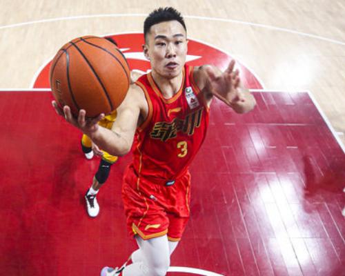 篮板创赛季新高!贺希宁砍下18分13篮板3助攻2抢断